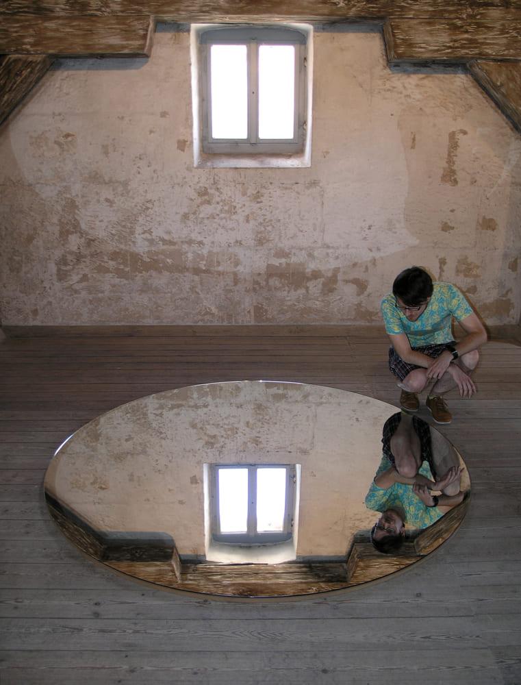 Katrin Gaßmann - Die Verwandlung 2009 Glas auf MDF (begehbarer Bodenspiegel) d 200cm